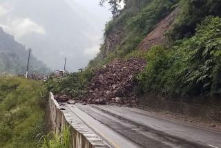 नारायणगढ–मुग्लिन सडकखण्ड पहिरोले अवरुद्ध  : 'खुलाउने प्रयास जारी'