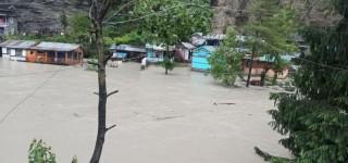 मनाङ :  चामेबजारमा बाढी पसेपछि  एकसय घर विस्थापित