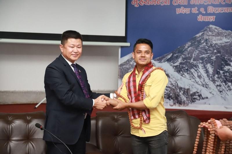 भ्वाइस अफ नेपाल किरणले थपे अर्को एम्बुलेन्स, प्रदेश १ का मूख्यमन्त्रीबाट स्वागत