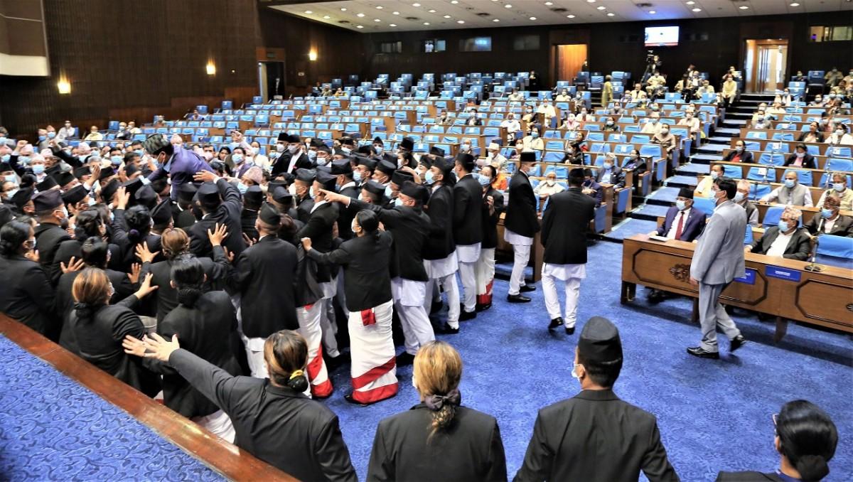 संसद  बैठक बस्दै  :  प्रतिपक्षी  रणनीति   : 'संसद चल्न नदिने,'   गठबन्धन :  'एकढिक्का हुन सकेन'